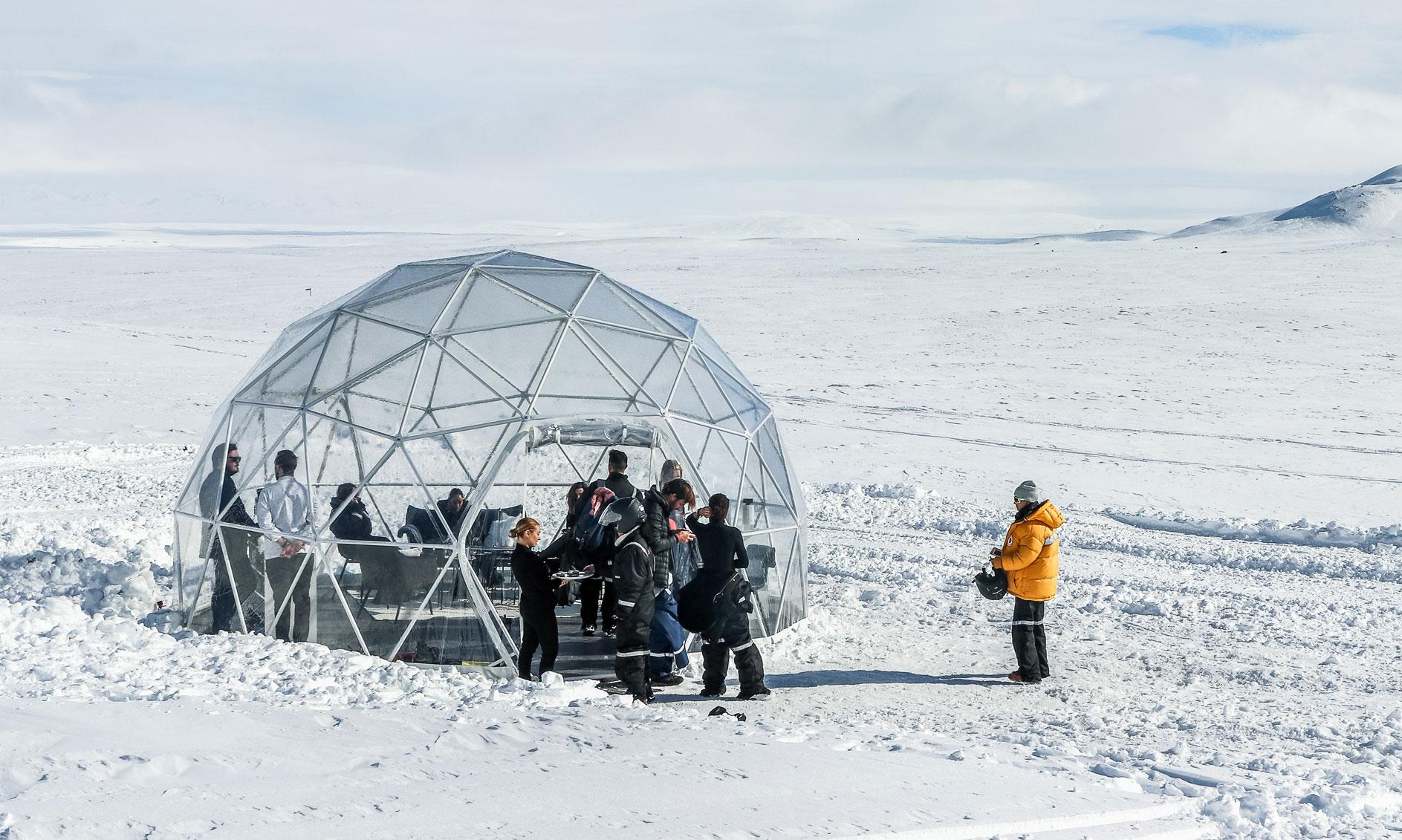 dôme géodésique sur un glacier en Islande pour Narciso Rodriguez