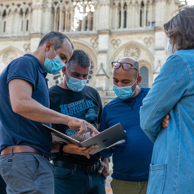 l'Équipe FUGU procédant à l'installation d'un woodpod devant la cathédrale de Notre Dame