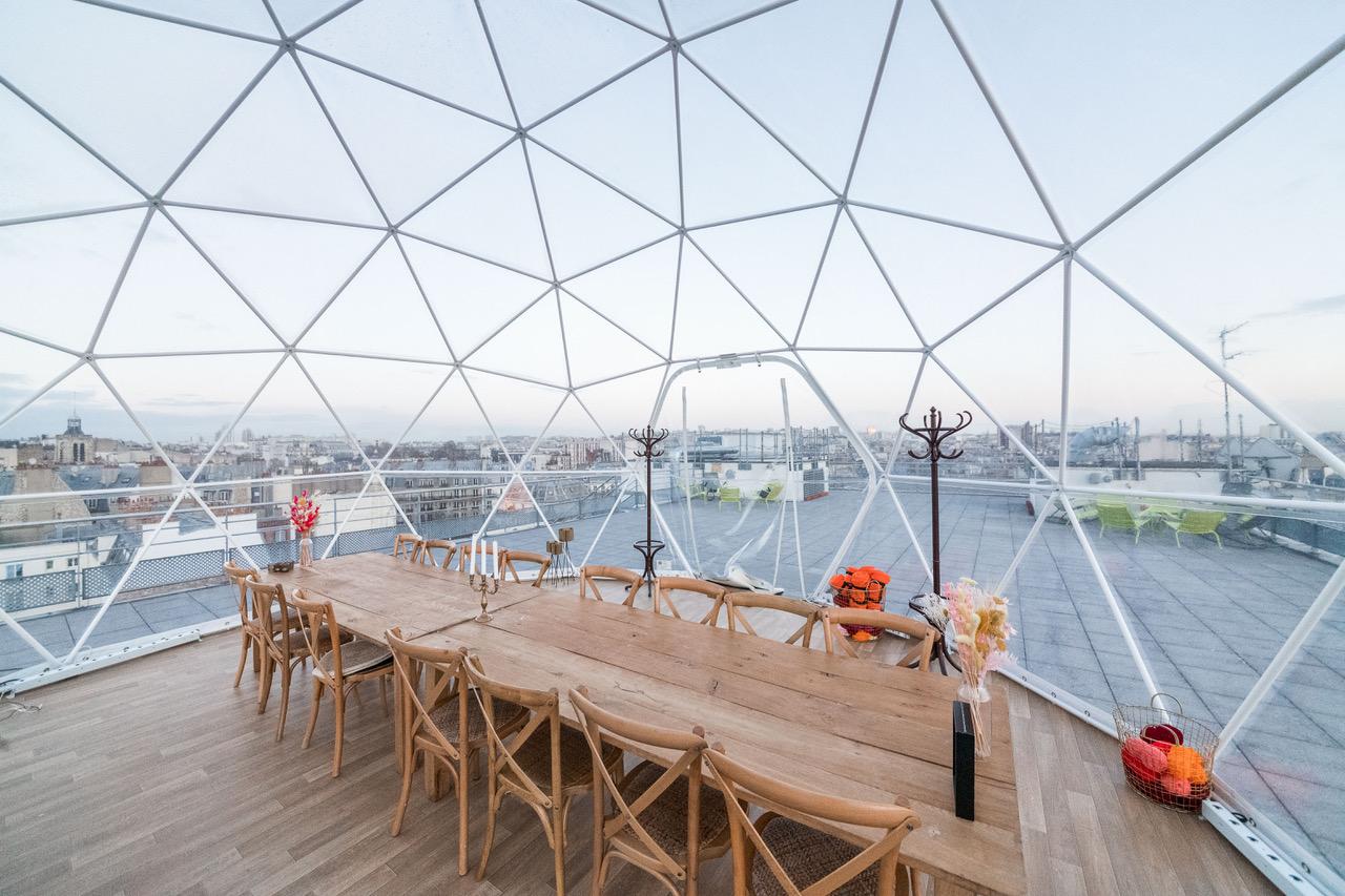 Dôme géodésique sur un rooftop pour une salle de réunion