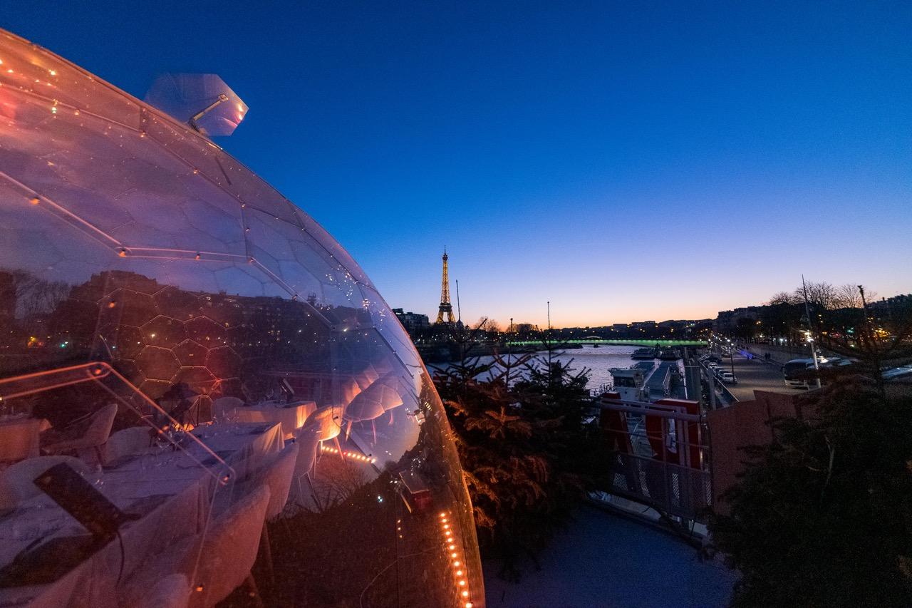 Halo-Dôme sur un bateau mouche avec vue sur la tour eiffel