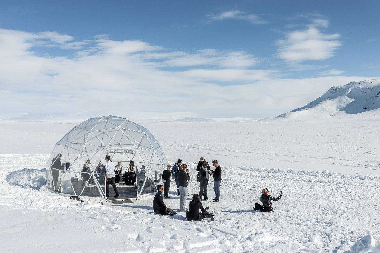 Installer un dôme sur un glacier en Islande