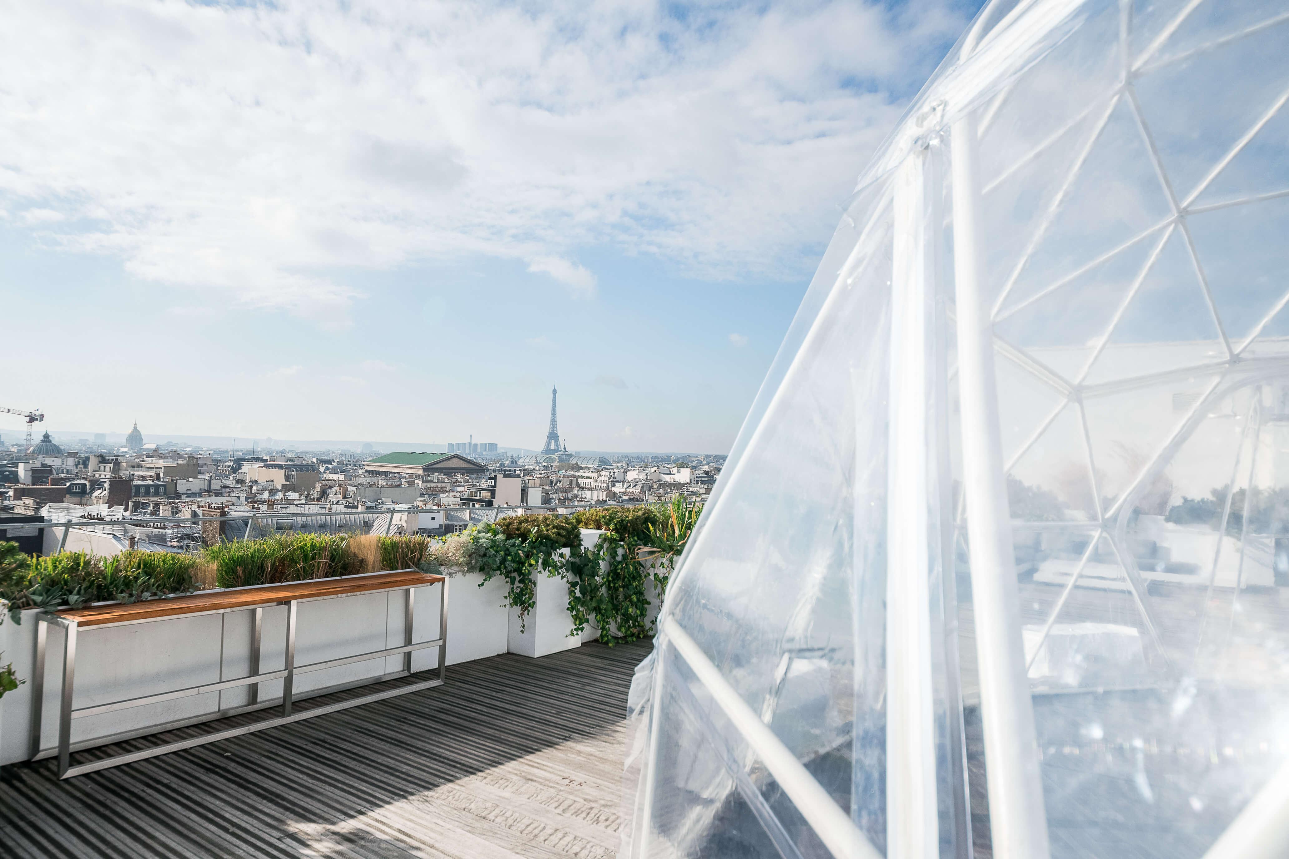 Dôme Géodésique sur un rooftop avec vue sur la tour eiffel