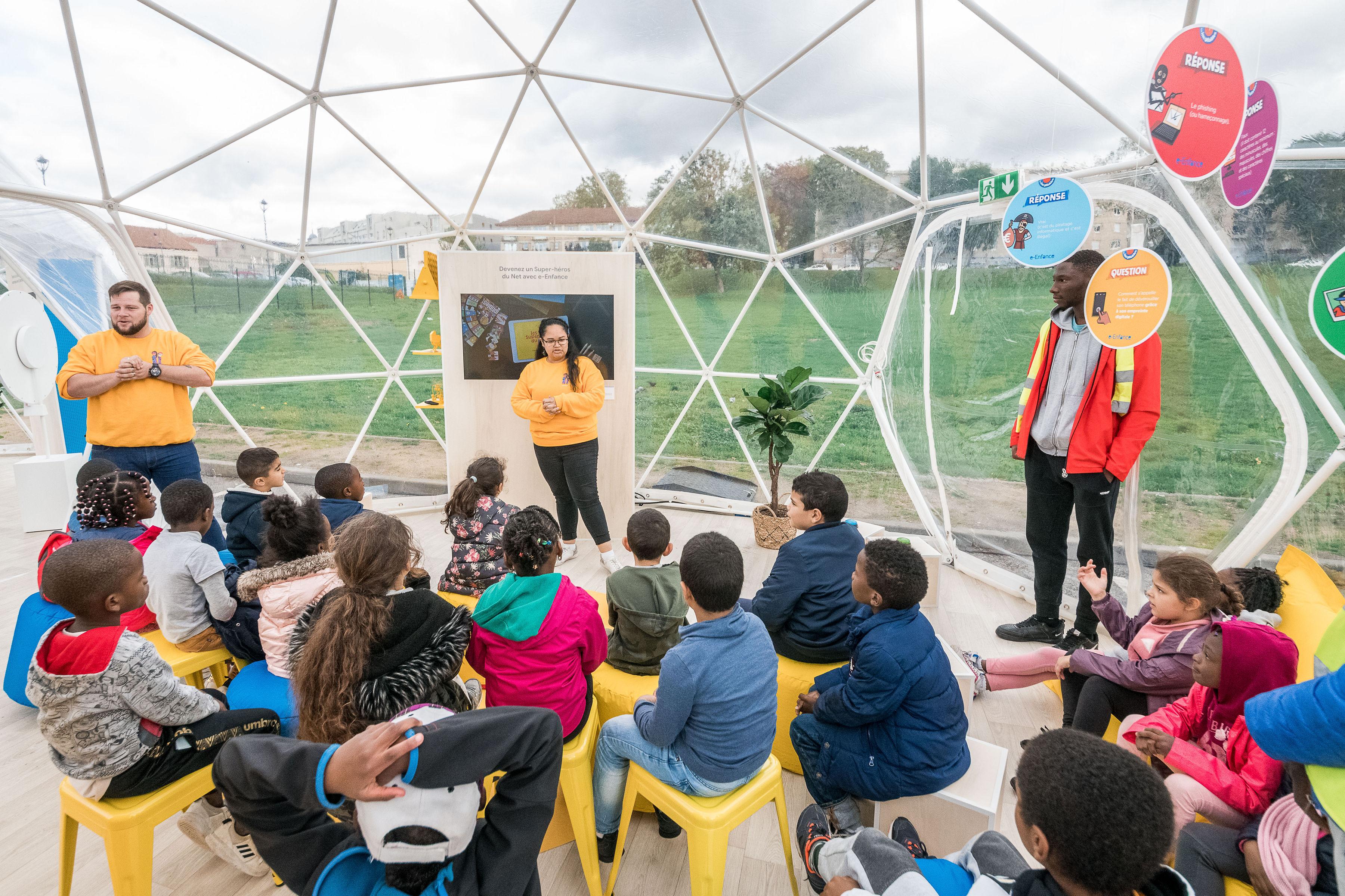Événement éducatif dans un dôme avec des enfants