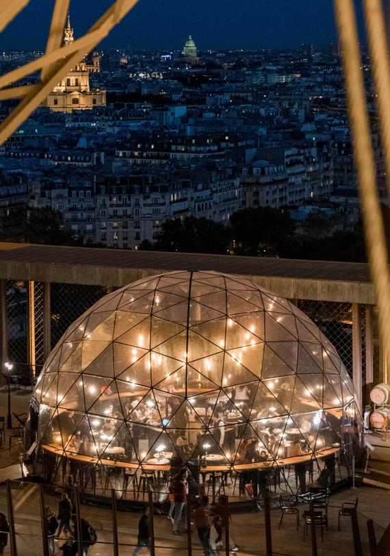 Une structure géodésique à l'intérieur de la Tour Eiffel