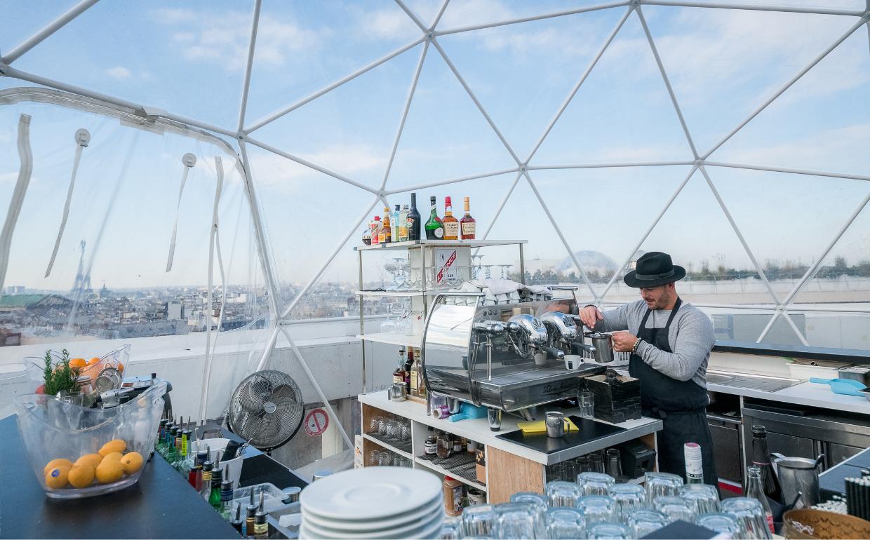 Un bar éphémère hivernal avec vue sur la Tour Eiffel