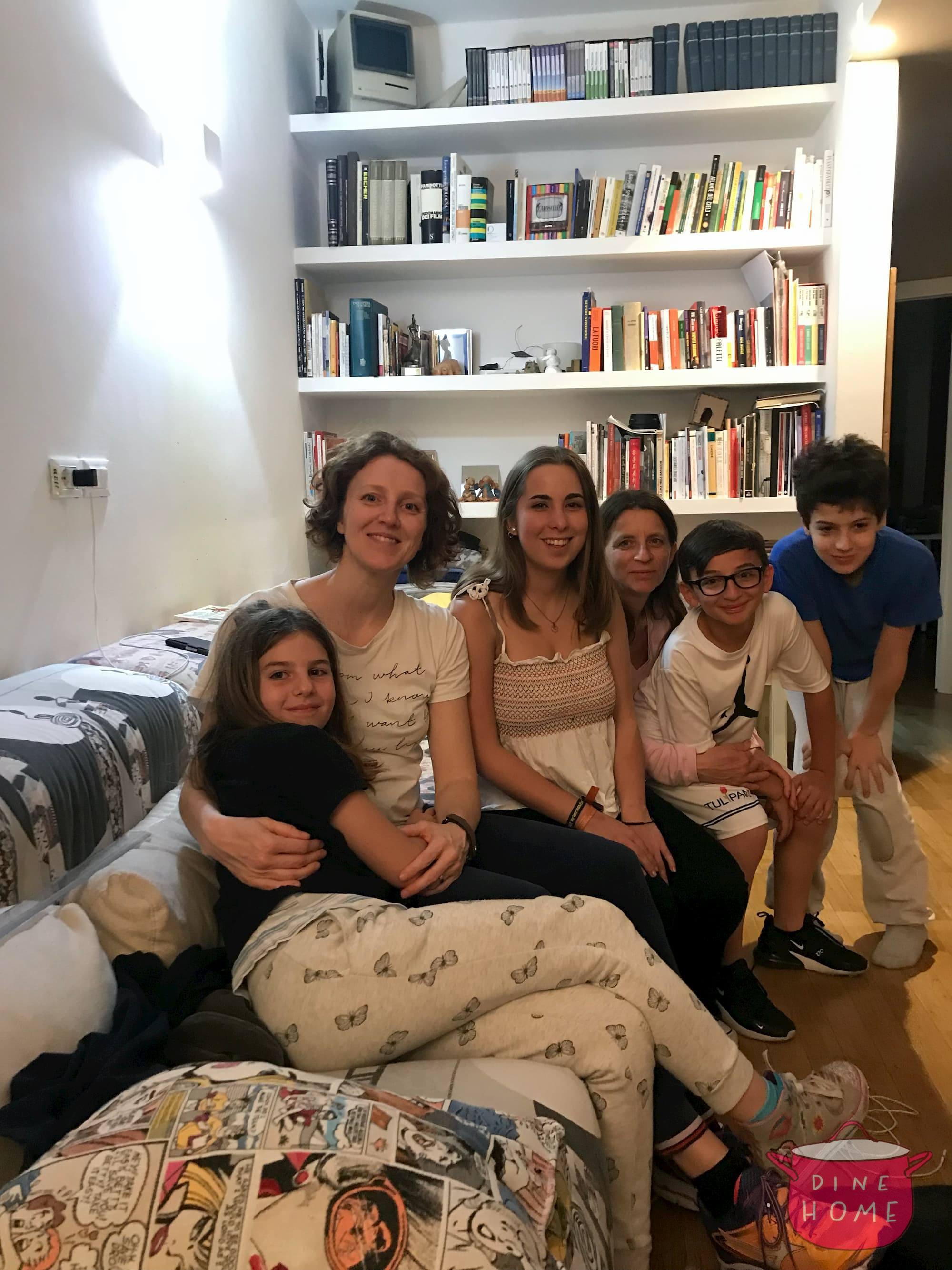 Julia, studentessa Spagnola, a cena dalla sua famiglia Dinehome.