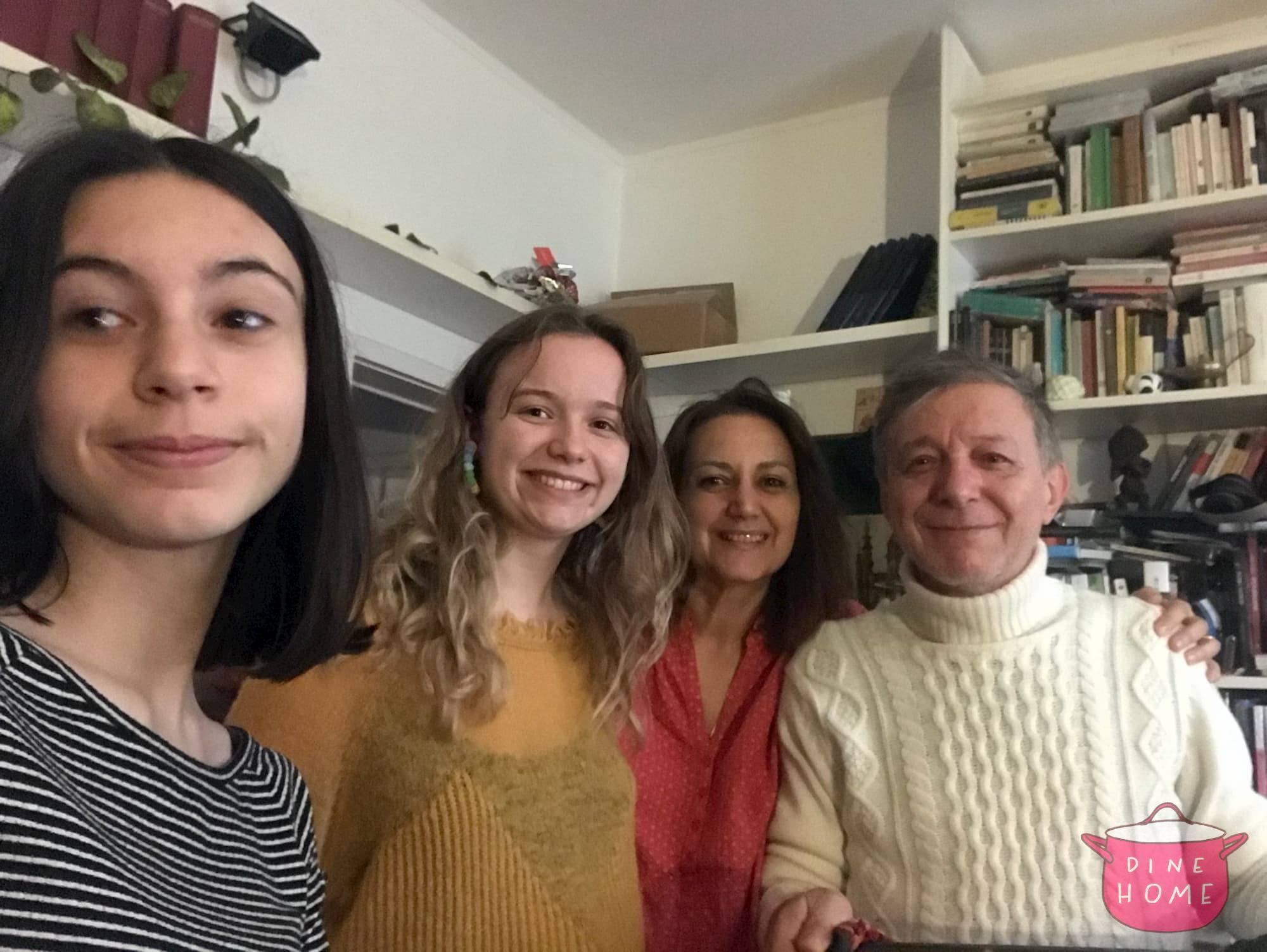 Eleanor, studentessa dal Regno Unito, a cena dalla sua famiglia Dinehome.