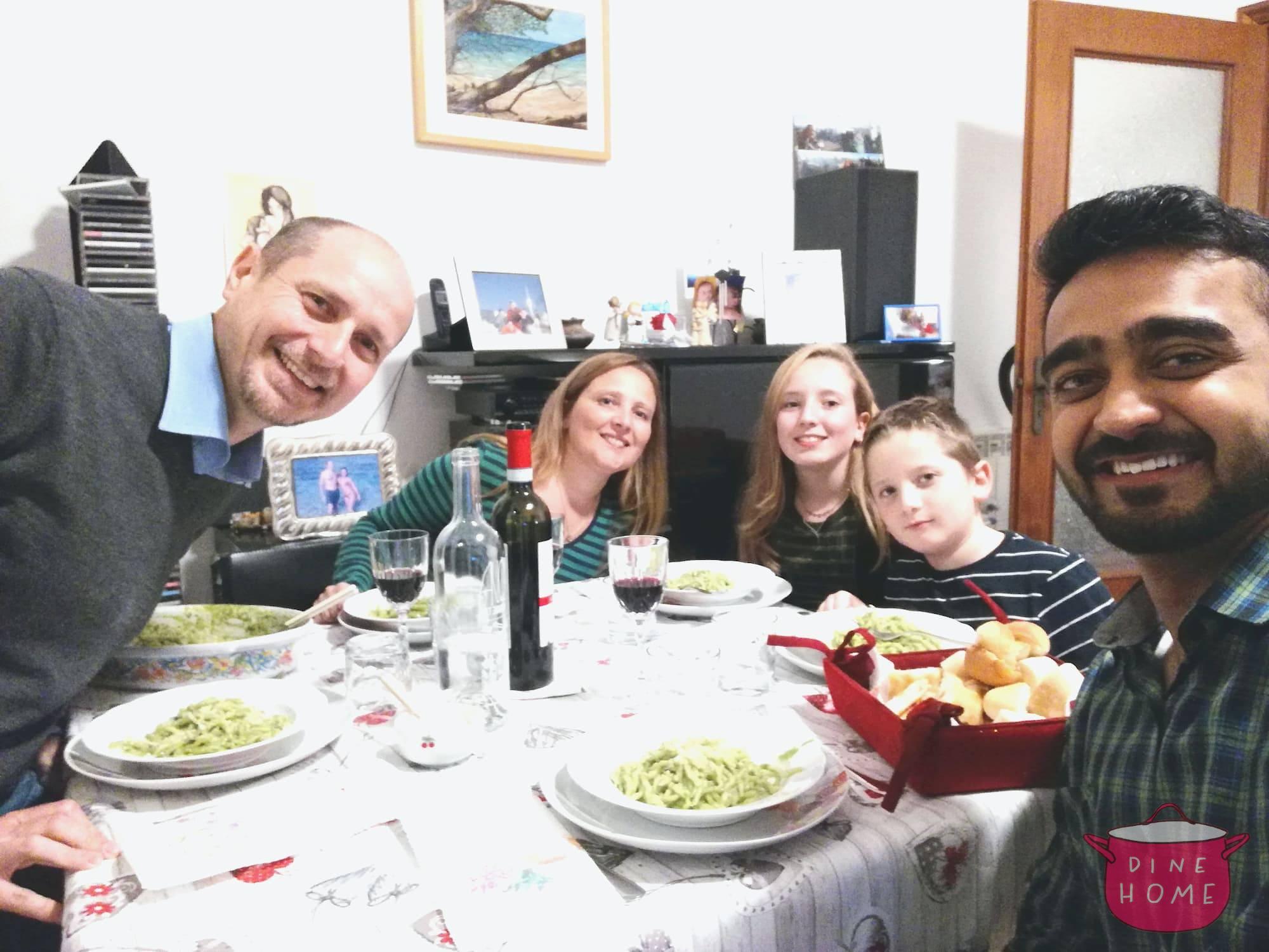 Rohit, studente pakistano, a cena dalla sua famiglia Dinehome.
