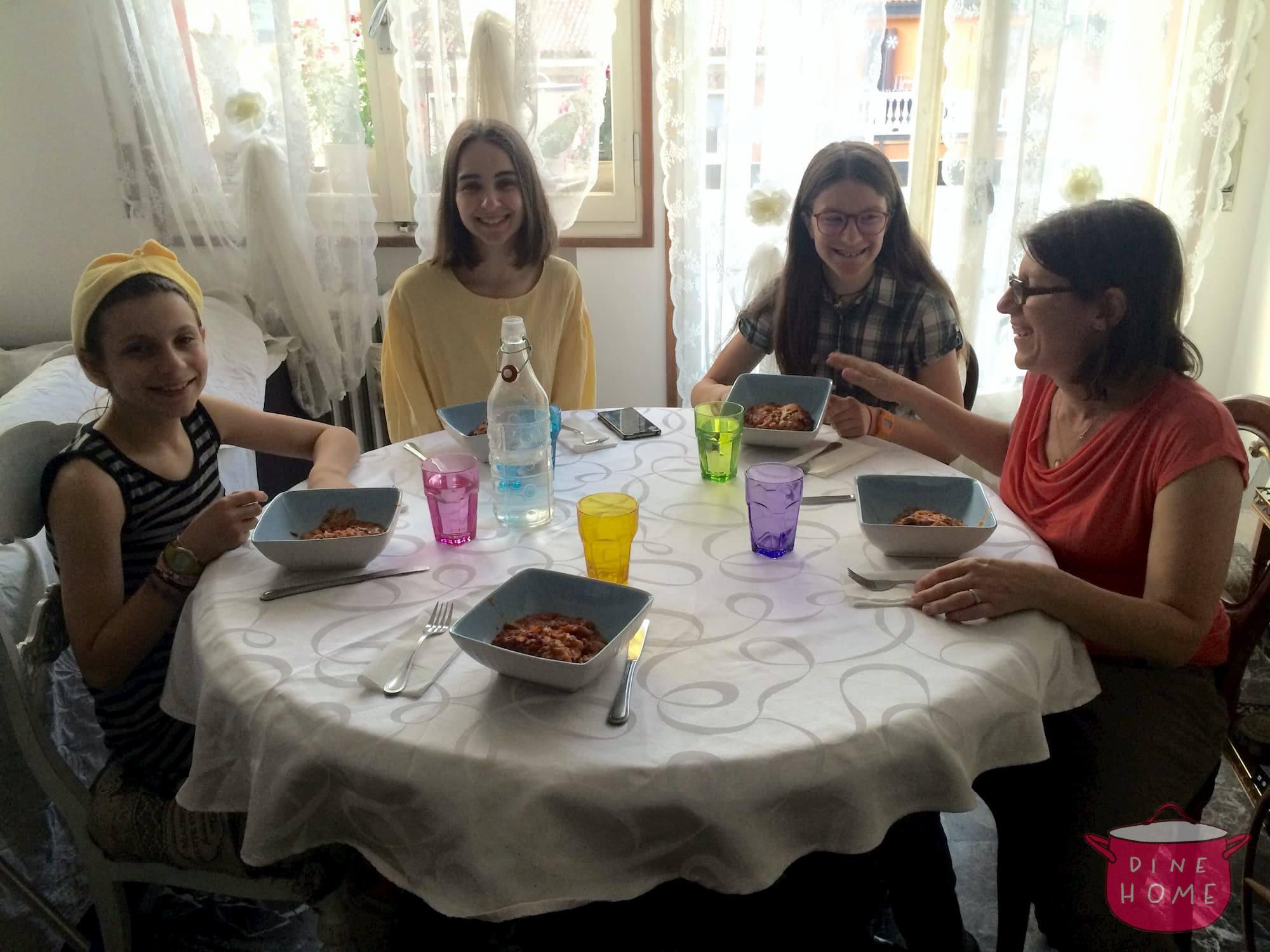 Desara, studentessa albanese, a cena dalla sua famiglia Dinehome.