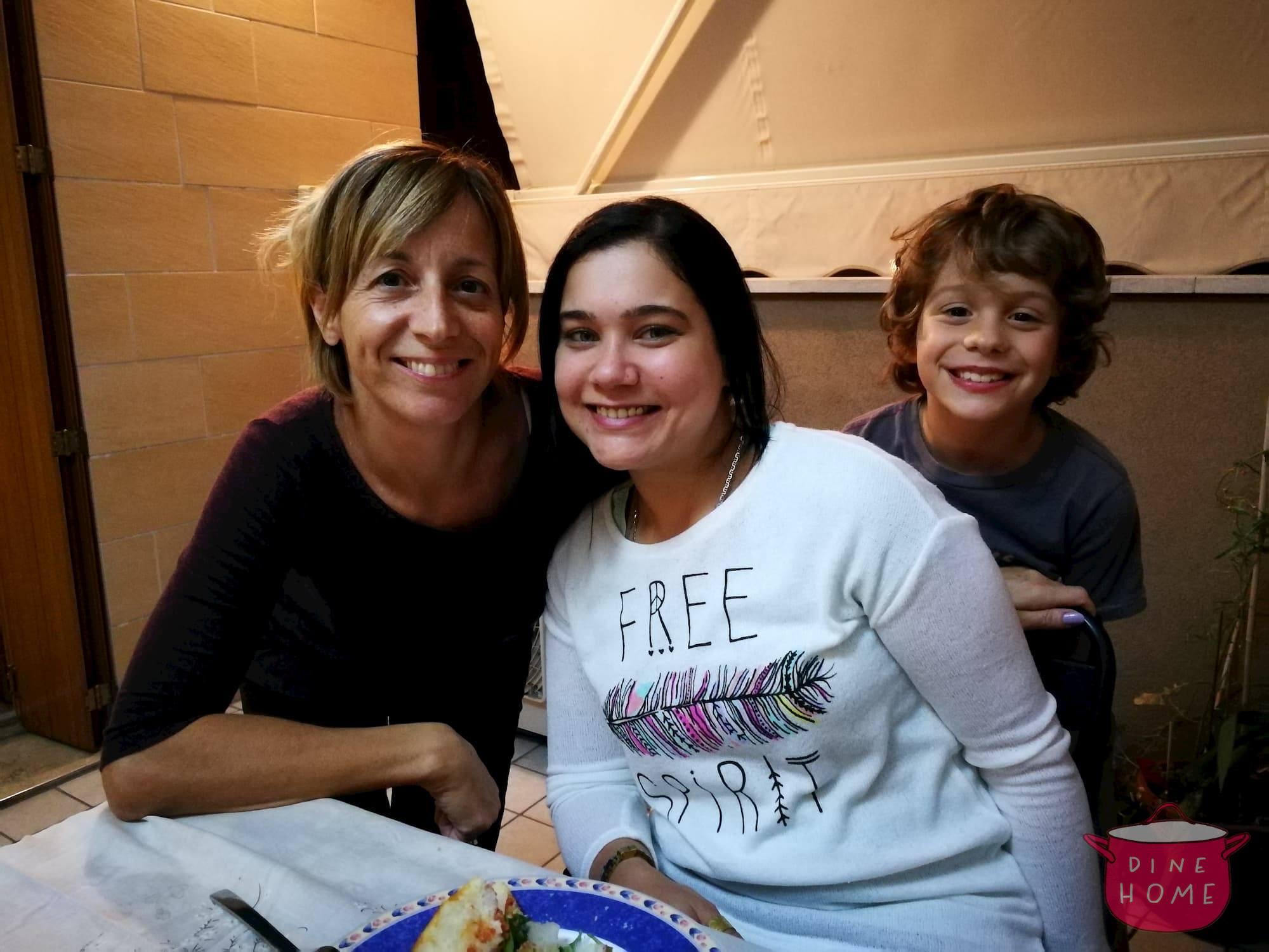 Eshraq, studentessa Egiziana, a cena dalla sua famiglia Dinehome.