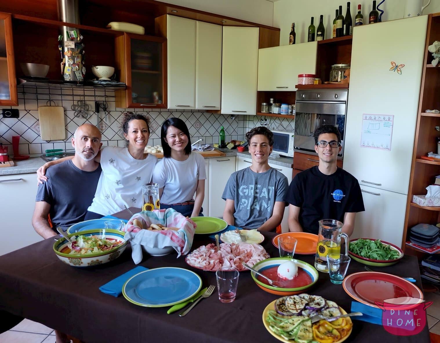Miyu, studentessa dal Giappone, a cena dalla sua famiglia Dinehome.