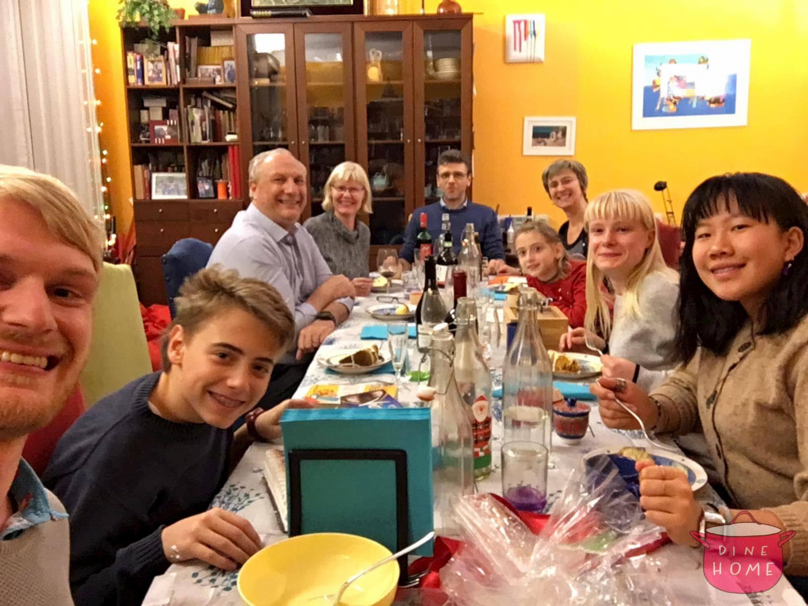 Lyle, studente dall'Australia, a cena dalla sua famiglia Dinehome.