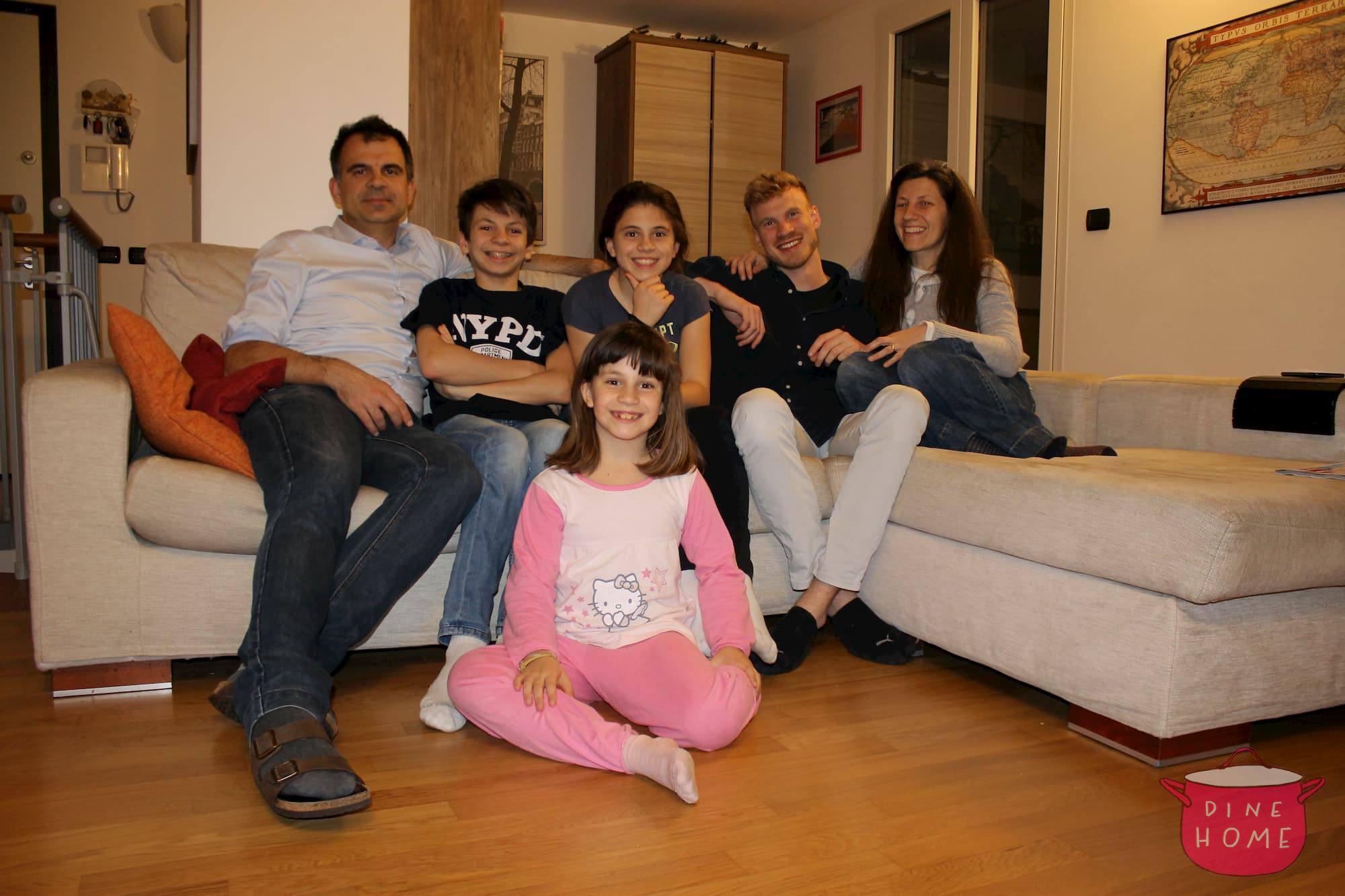 Roman, studente dalla Germania, a cena dalla sua famiglia Dinehome.