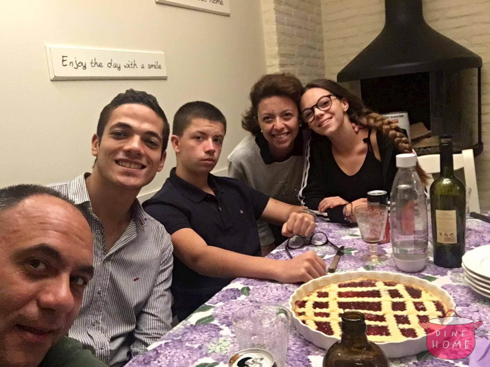 Ahmed, studente Egiziano, a cena dalla sua famiglia Dinehome.