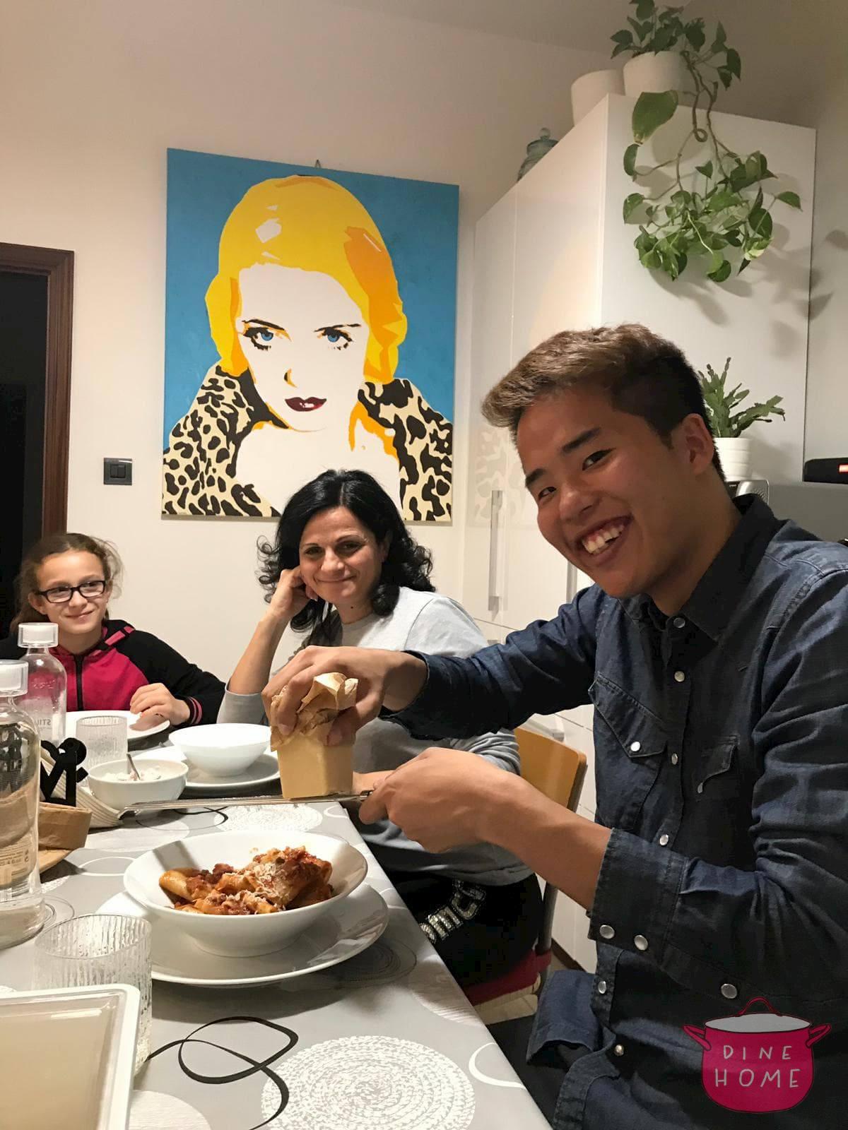 Shugo, studente dal Giappone, a cena dalla sua famiglia Dinehome.