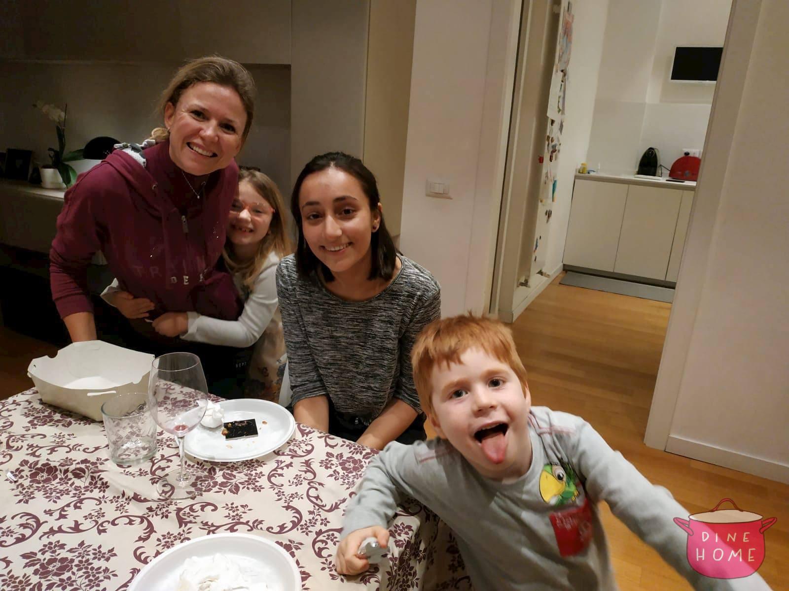 Tanya, studentessa da UK, a cena dalla sua famiglia Dinehome.