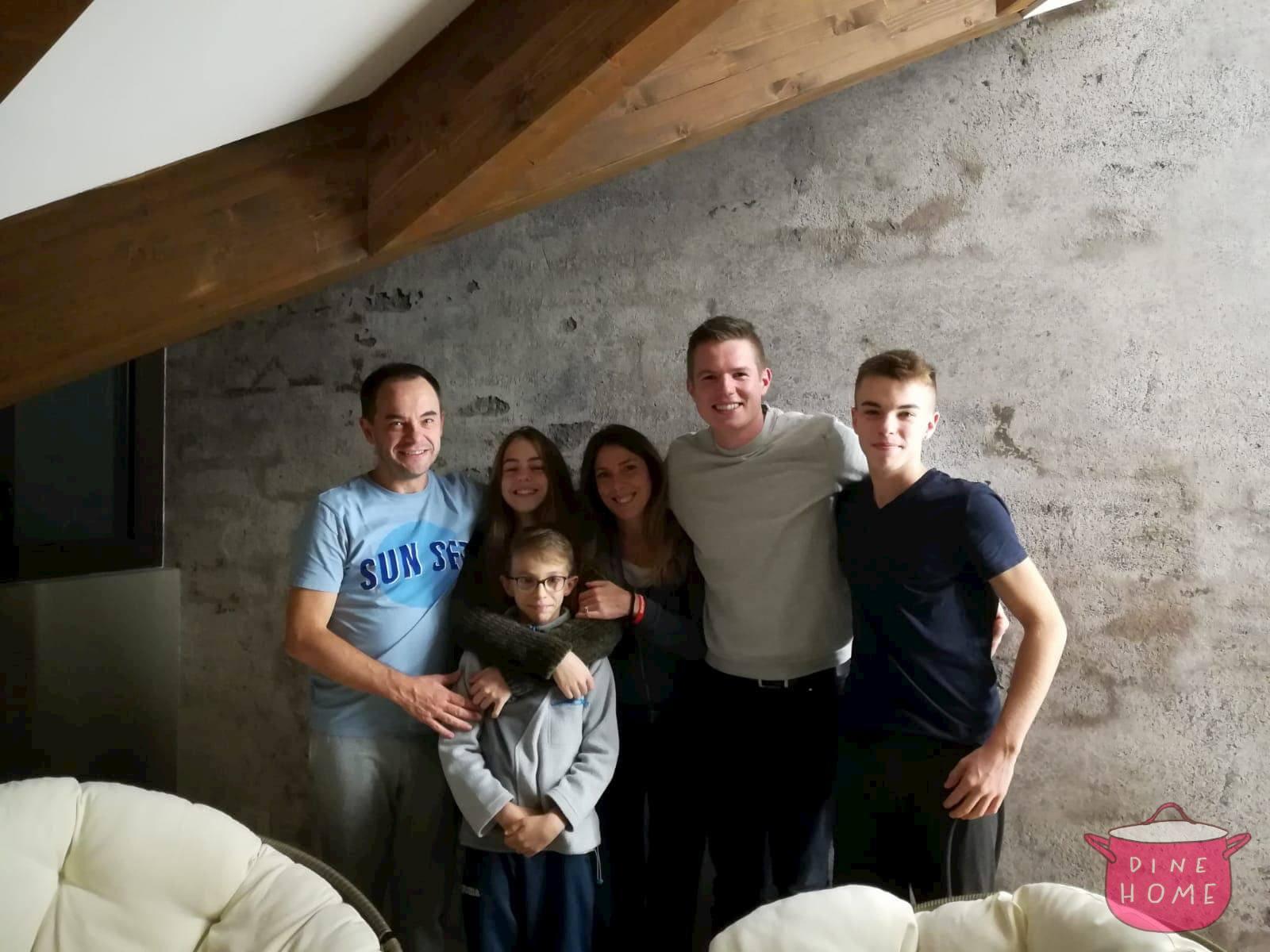 Jon, studente dalla Norvegia, a cena dalla sua famiglia Dinehome.