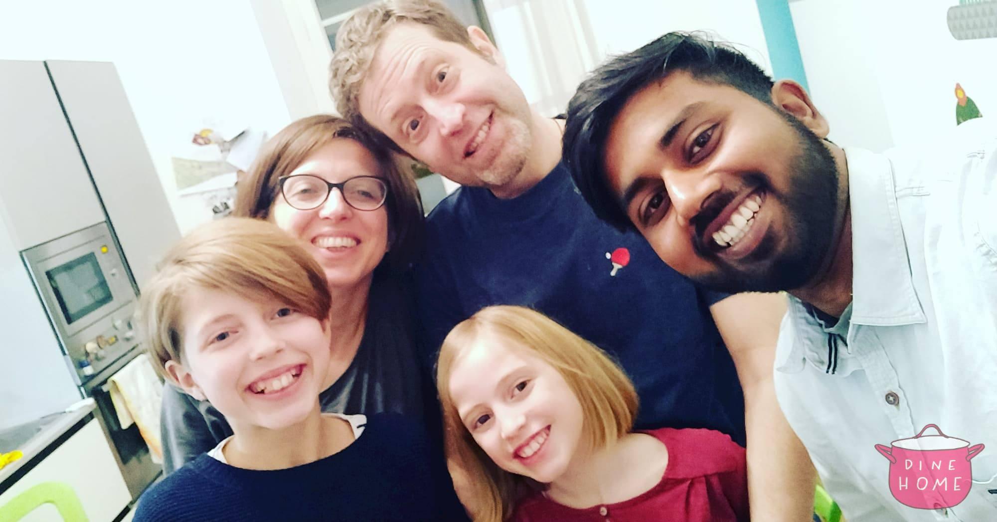 Karthick, studente dall'India, a cena dalla sua famiglia Dinehome.