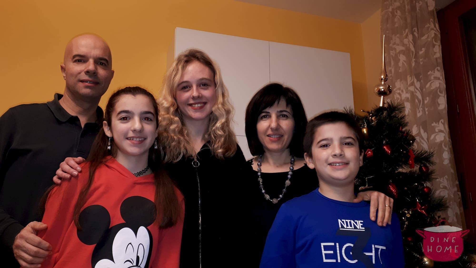 Elinor, studentessa da UK, a cena dalla sua famiglia Dinehome.