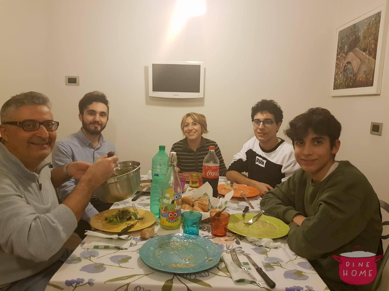 Murad, studente dall'Azerbaigian, a cena dalla sua famiglia Dinehome.