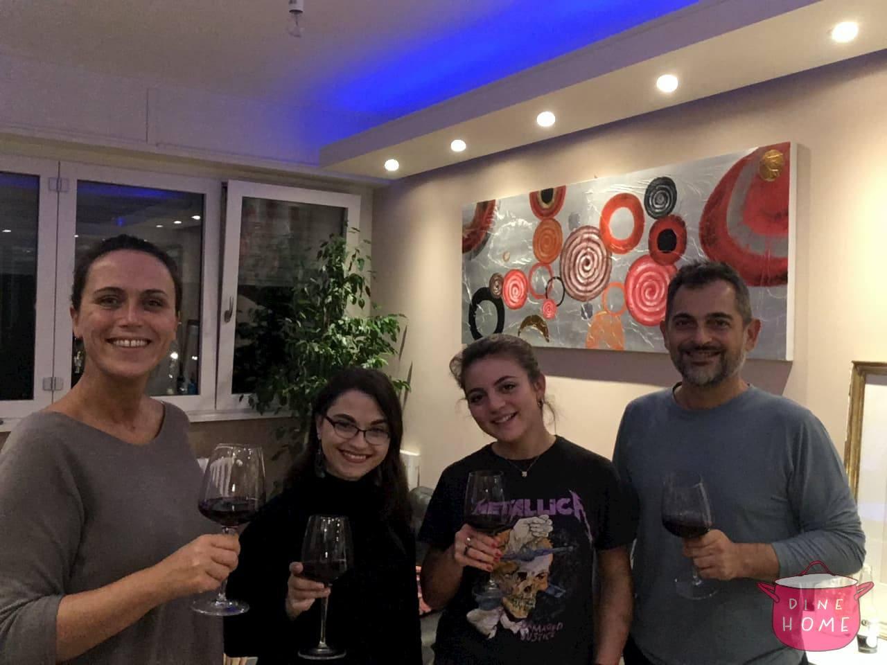 Mariah, studentessa dagli USA, a cena dalla sua famiglia Dinehome.