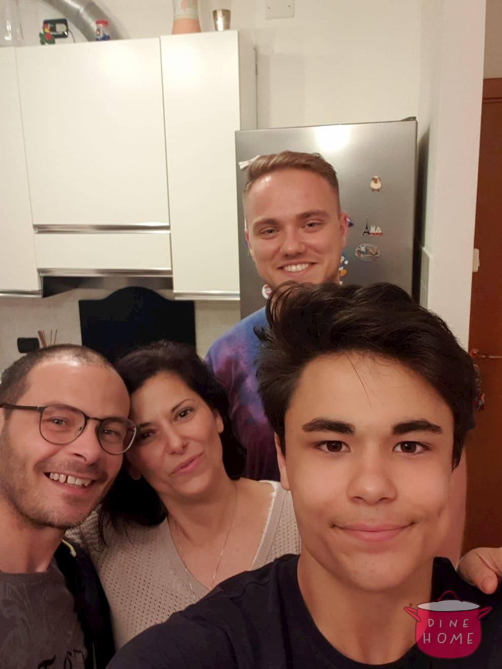 Michael, studente dalla Germania, a cena dalla sua famiglia Dinehome.
