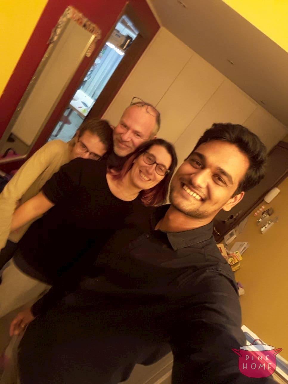 Krunal, studente indiano, a cena dalla sua famiglia Dinehome.