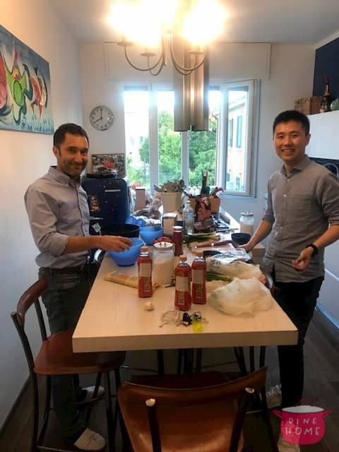Xi, studente cinese, a cena dalla sua famiglia Dinehome.