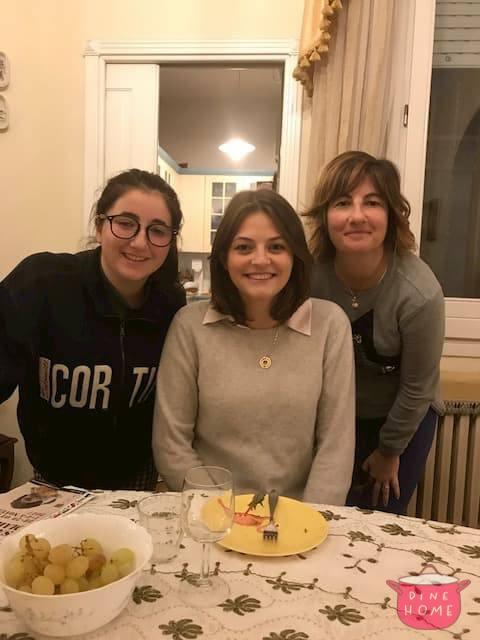 Arabella, studentessa britannica, a cena dalla sua famiglia Dinehome.