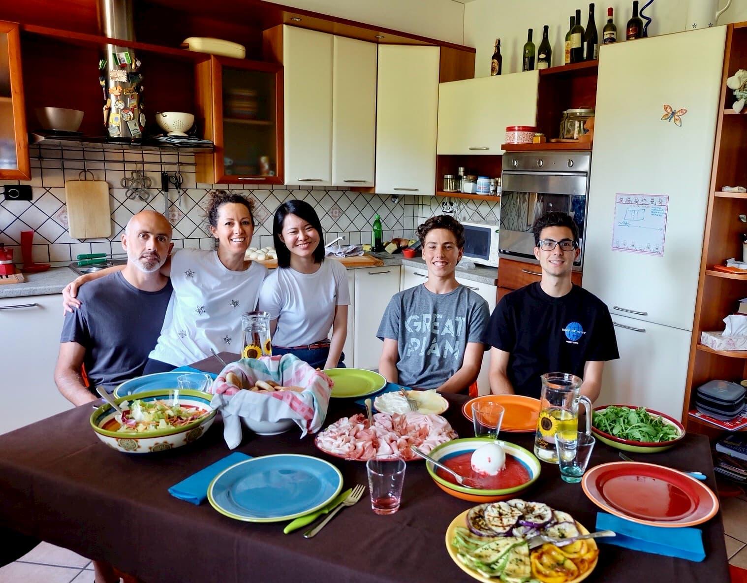 Famiglia italiana cena con una studentessa dal Giappone - Dinehome