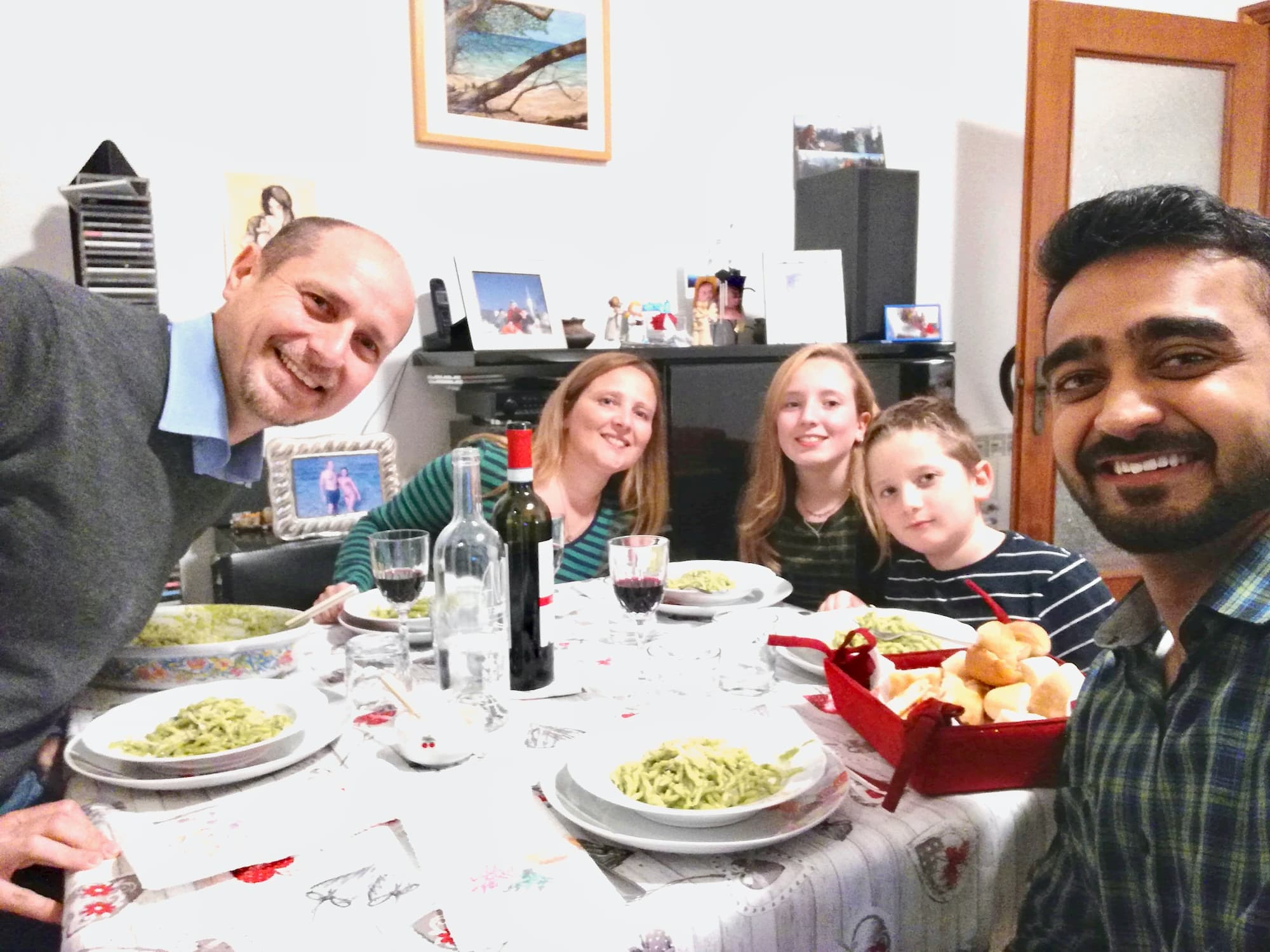 International student has dinner with an Italian family - Dinehome