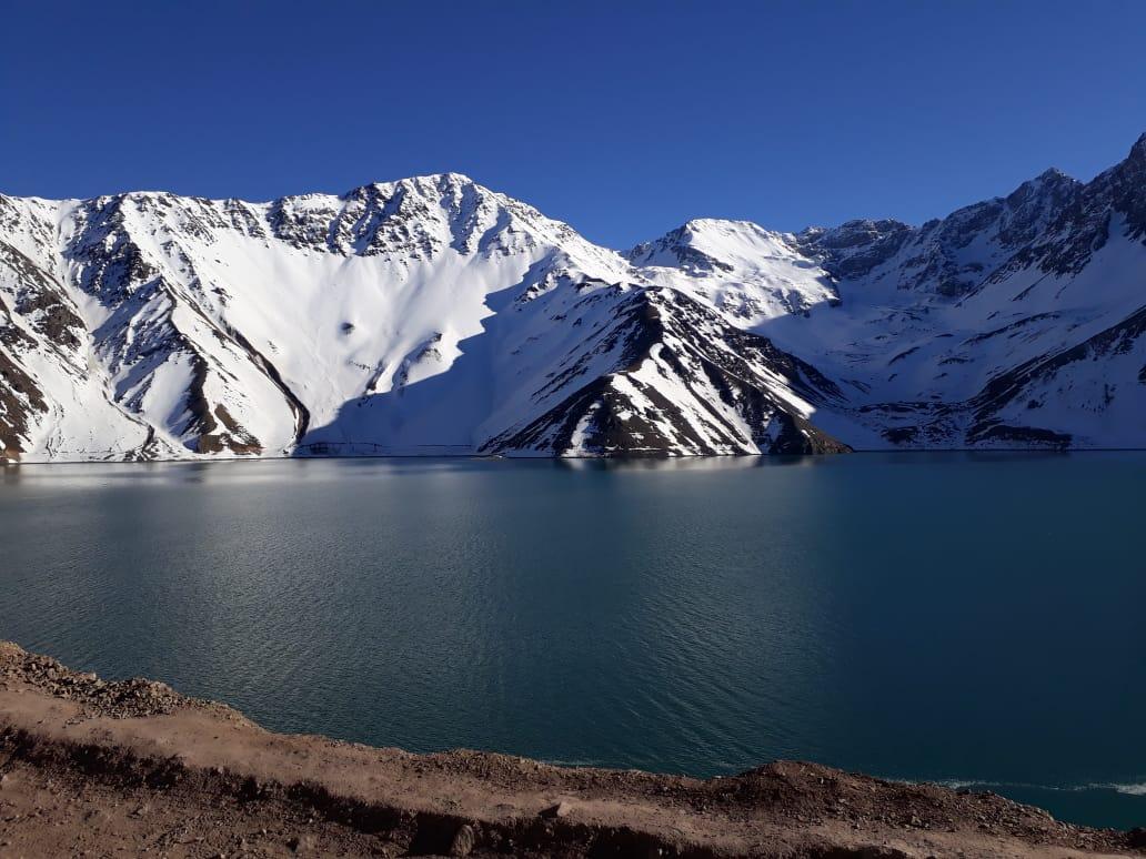 Paisaje lago y nieve