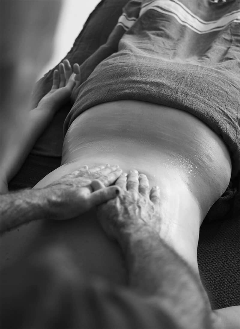 Didier Martin, du cabinet Tangan, pratiquant un massage Abhyanga.