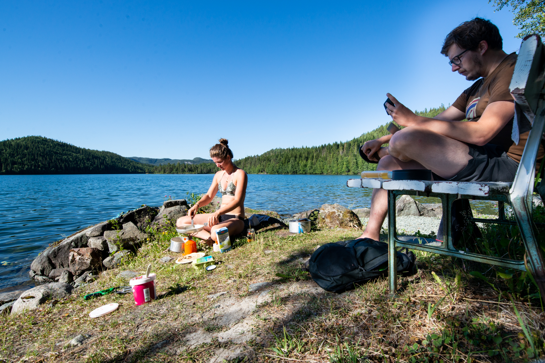 Ellis&me in Norway, Grøtvatnet, camping at a lake. Ellis is making Dutch pancakes for breakfast and Martijn has a skype meeting for work, being a ditigal nomad.