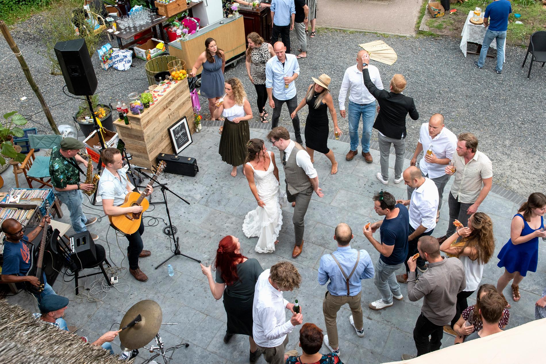 Wedding of Ellis and Martijn, dancing with their friends. De Ginkel in Leersum, The Netherlands