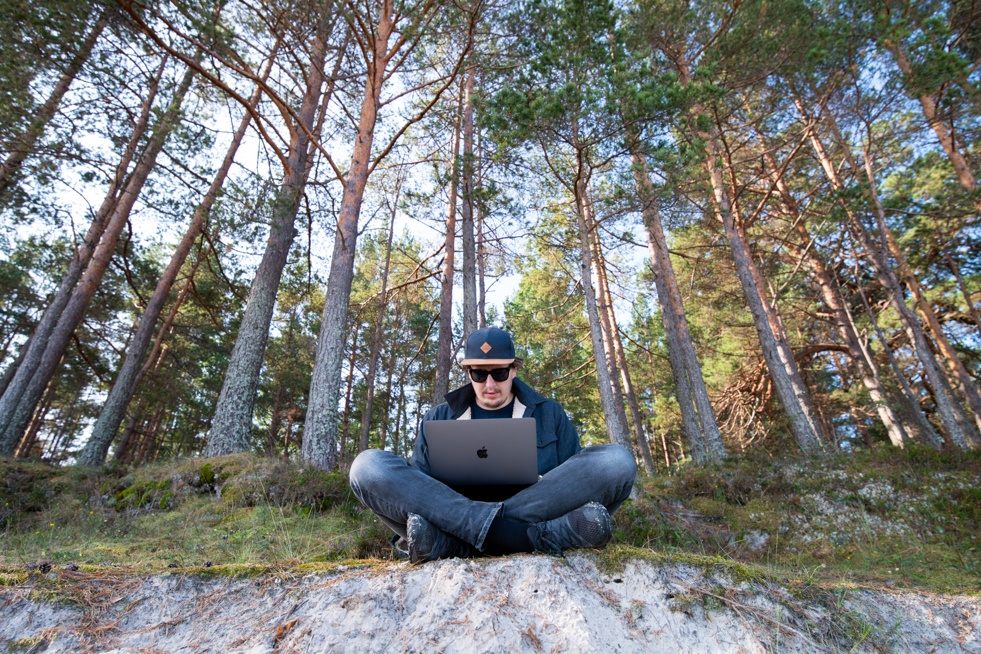 Digital nomad working in the national park Kemeru, Latvia. Photo taken by Ellis Peeters.