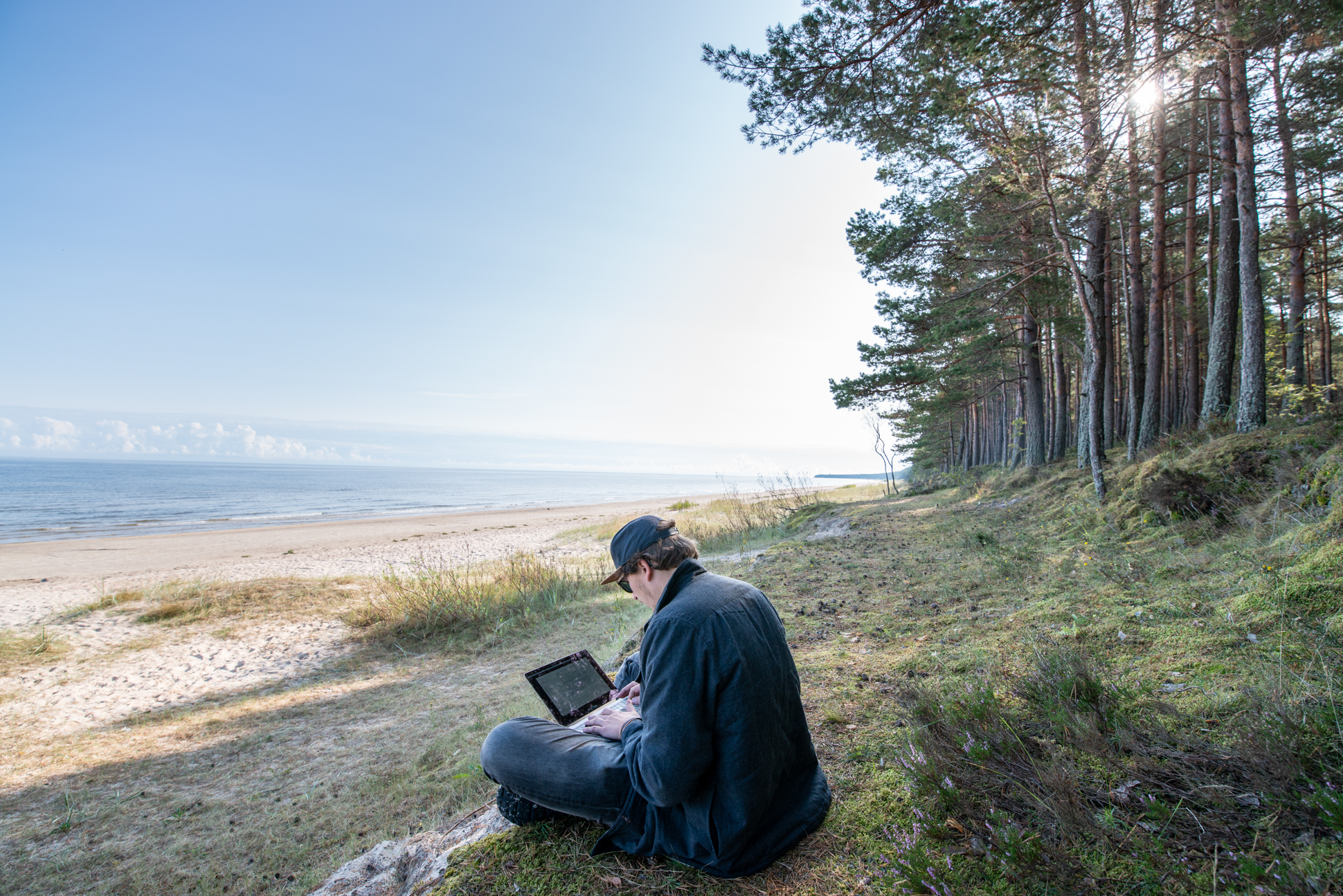Ellis&me digital nomad in national park Kamaru, Latvia, at the ocean and close to the woods.