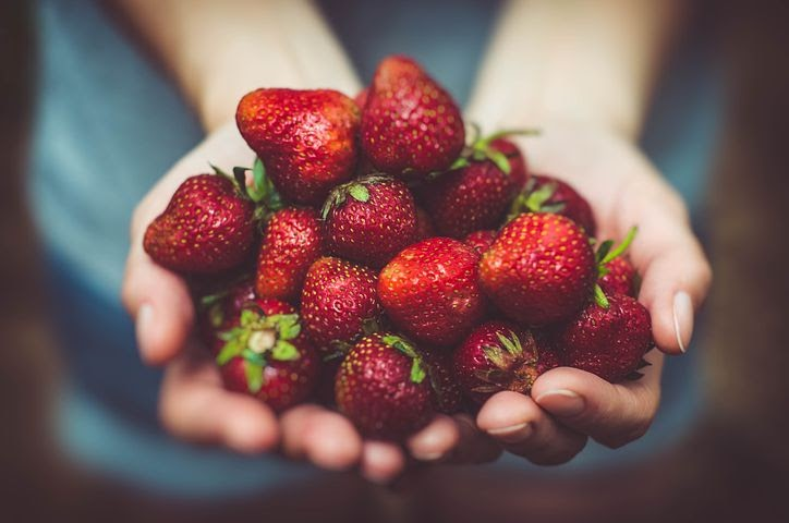 a handful of strawberries is a natural whitening method