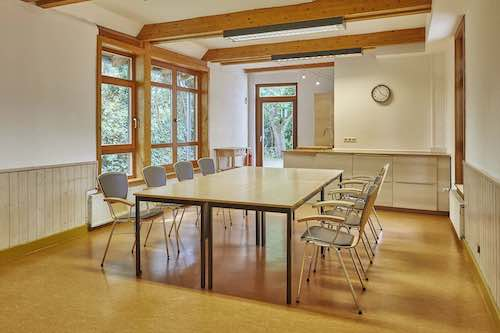 Raum Lehmbau Einrichtung Tischblock