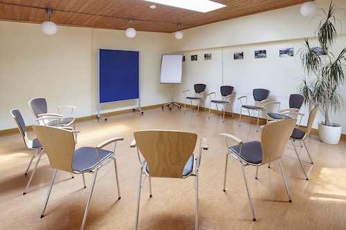 Raum Hofatelier Einrichtung im Stuhlkreis