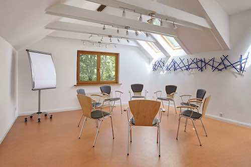 Raum Dachgalerie Einrichtung im Stuhlkreis