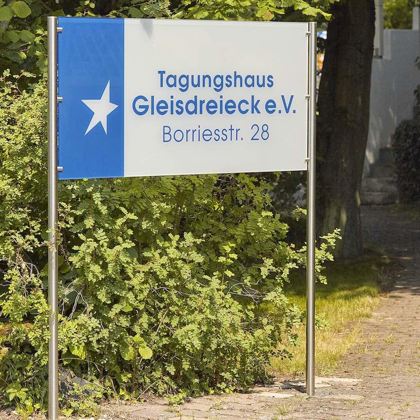 Schild zum Tagungshaus Gleisdreieck
