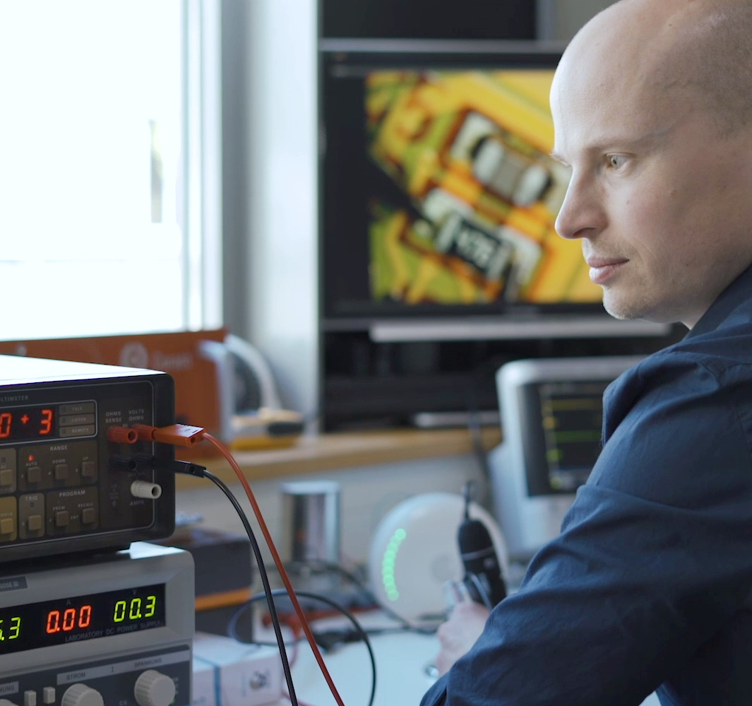 Dr. Daniel Lehmann - Im Labor mit dem air-Q Luftmessgerät