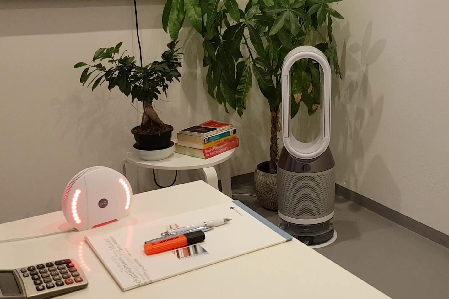 Luftanalysator air-Q und Dyson Pure Humidify + Cool Luftreiniger & Luftbefeuchter im Feinstaub-Test-Raum