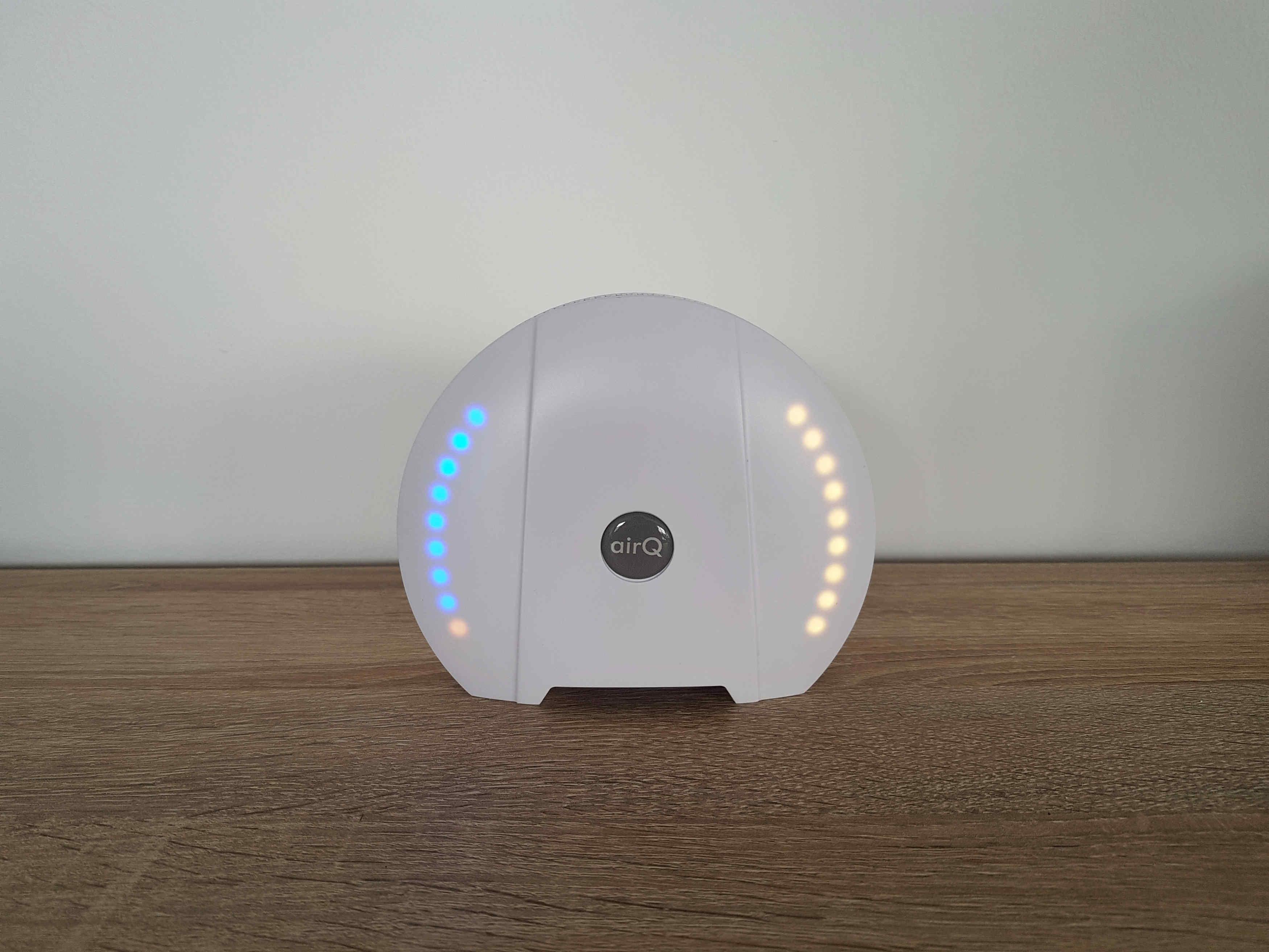 air-Q Luftmessgerät zeigt den CO2- und VOC-Pegel an und gibt bei Überschreitung der Messwerte einen Warnton ab