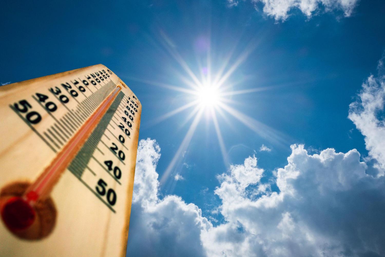 Thermometer und Kohlenmonoxidgefahr an heißen Tagen im Sommer