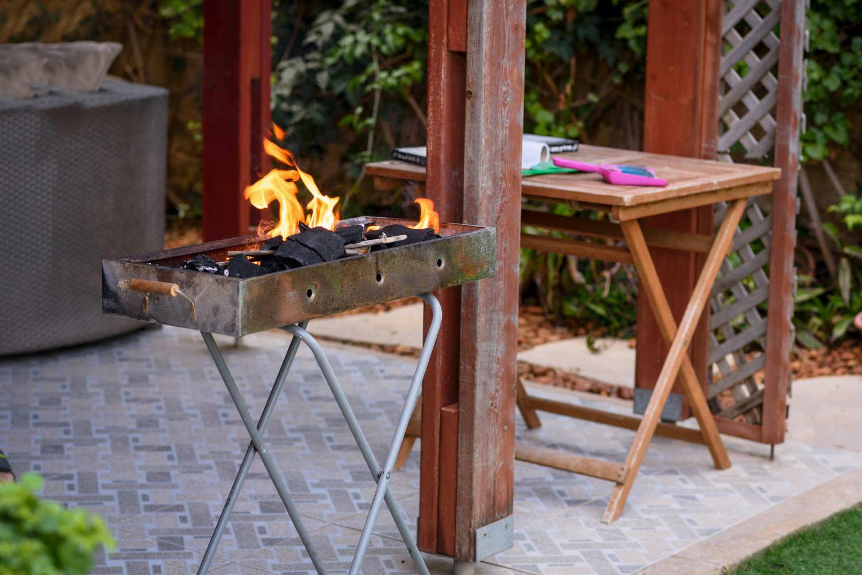 Kohlenmonoxidgefahr durch Grill in Gartenlaube