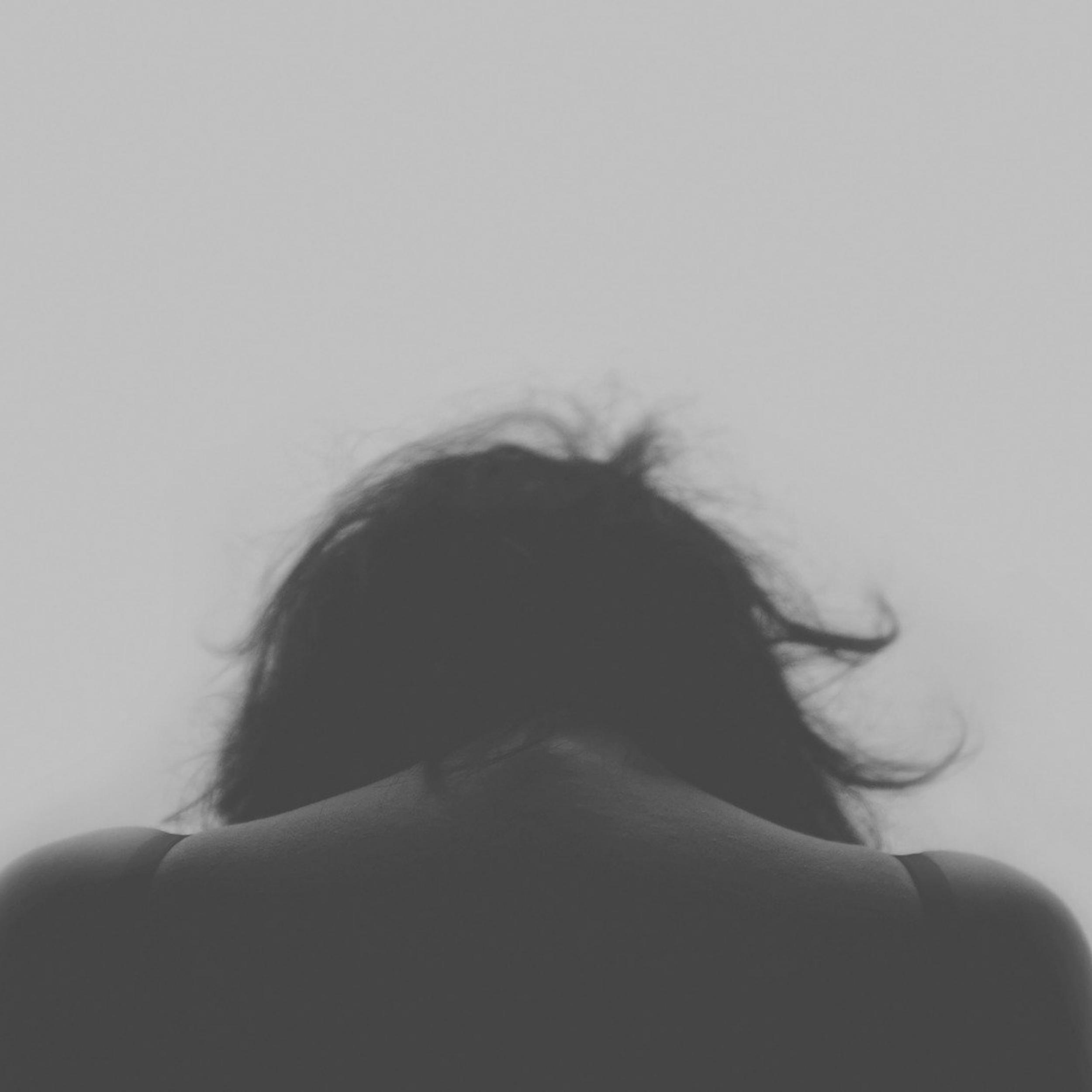graues Bild mit niedergeschlagener Person