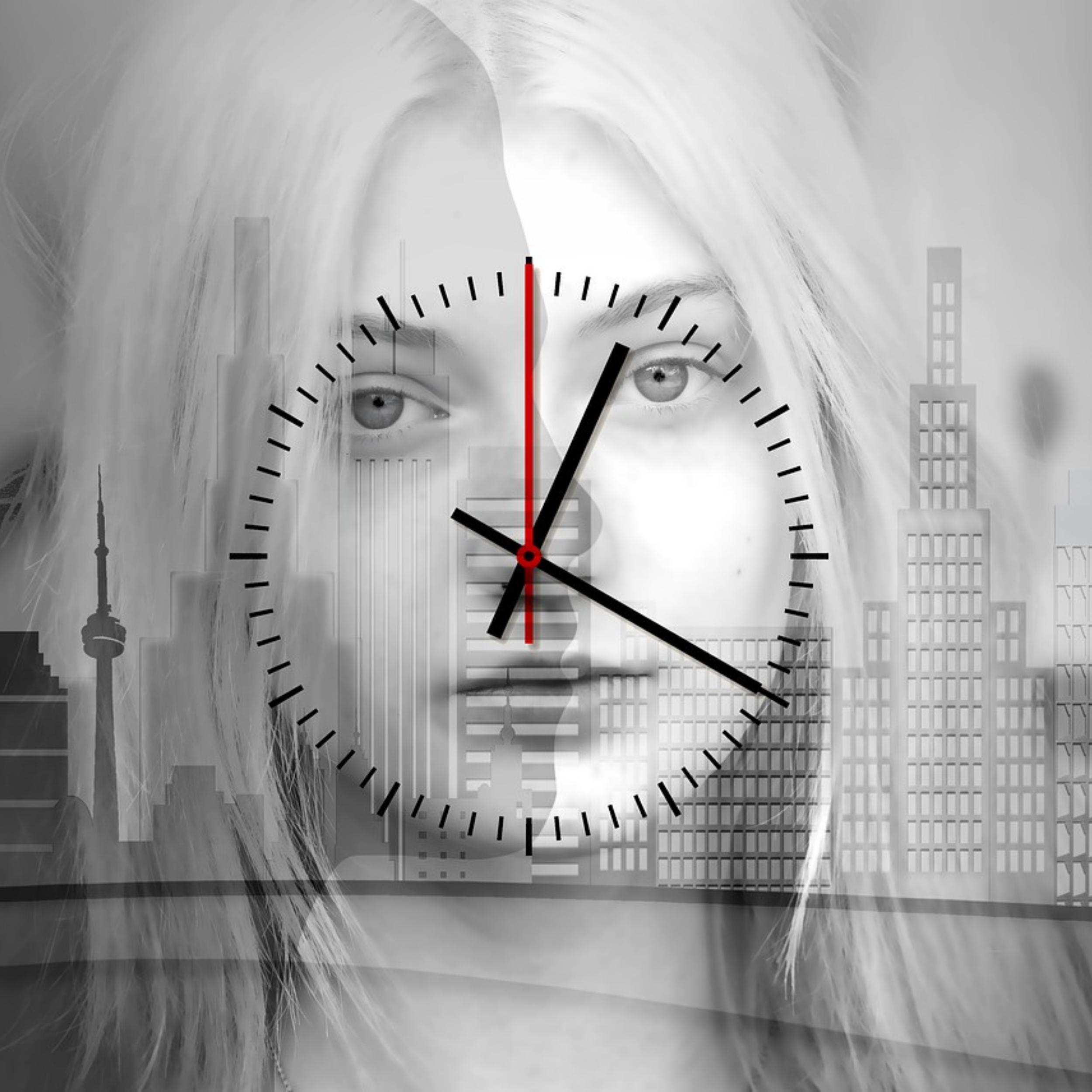 Frauengesicht mit Transparenter analog Uhr davor.