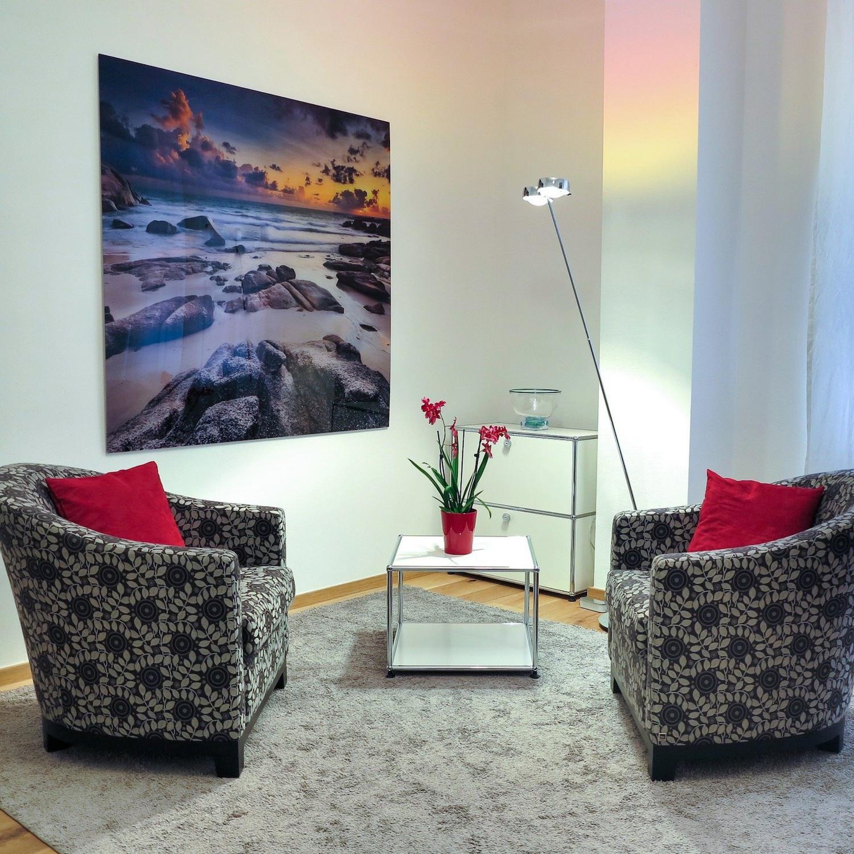 Therapieraum mit zwei Stühlen